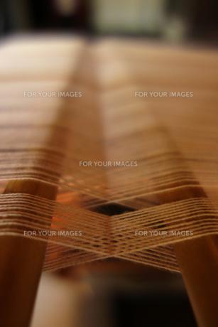 機織り機で織りかけの布の写真素材 [FYI00223624]