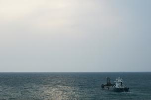 曇り空と貨物船の写真素材 [FYI00223628]