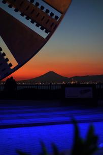海ほたるから望む夕焼けの富士の写真素材 [FYI00223992]