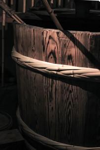 酒造の木桶の写真素材 [FYI00224027]