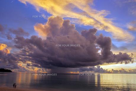 雲と海と二人の素材 [FYI00224177]