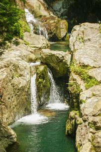 みたらい渓谷の滝の素材 [FYI00224181]