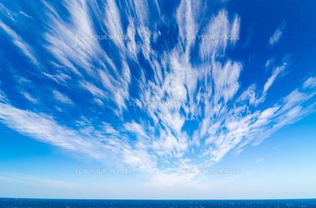 青空に流れる雲の素材 [FYI00224276]