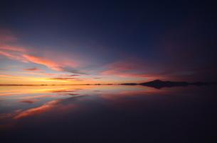 「UYUNI」ウユニ塩湖の写真素材 [FYI00224324]