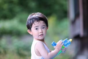 水鉄砲で遊ぶ幼児の写真素材 [FYI00224350]