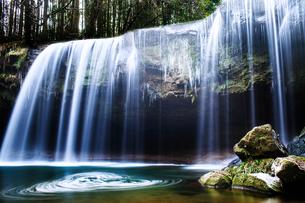 熊本県阿蘇郡小国町の鍋ヶ滝の写真素材 [FYI00224361]