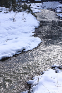 積雪の河原の素材 [FYI00224651]