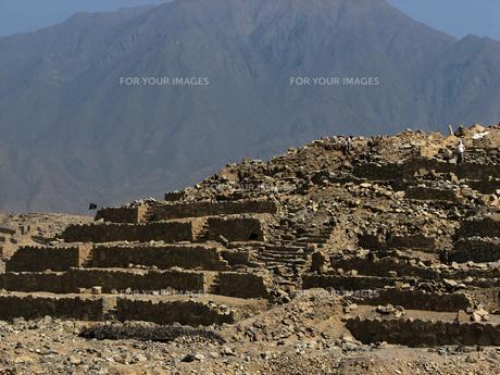 カラル遺跡(ペルー)のピラミッド型神殿の写真素材 [FYI00225491]