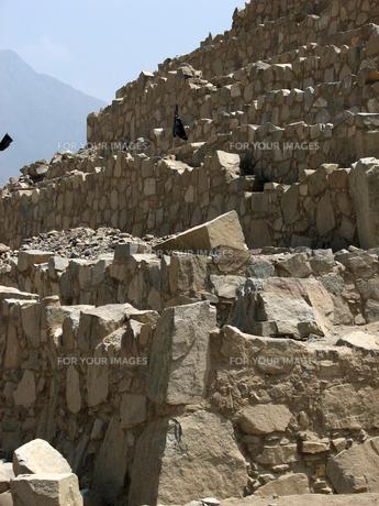 カラル遺跡(ペルー)のピラミッドの石組の写真素材 [FYI00225493]