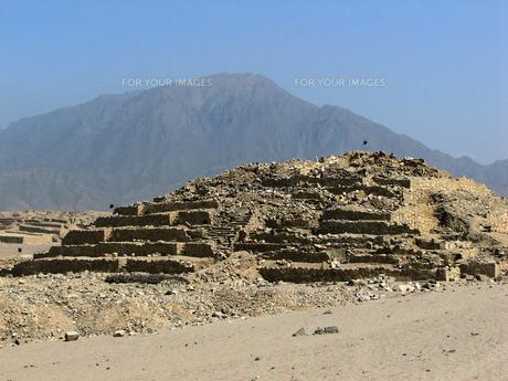 カラル遺跡(ペルー)のピラミッド型神殿の写真素材 [FYI00225501]