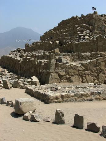 カラル遺跡(ペルー)のピラミッド型神殿の写真素材 [FYI00225502]