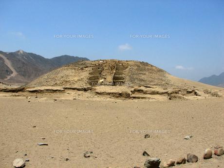 カラル遺跡(ペルー)のピラミッド型神殿の写真素材 [FYI00225503]
