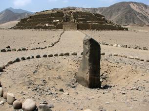 カラル遺跡(ペルー)のピラミッド型神殿と石碑の写真素材 [FYI00225504]