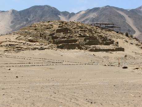 カラル遺跡(ペルー)のピラミッド型神殿の写真素材 [FYI00225505]