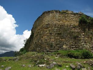 クエラップ遺跡(ペルー)南端の城壁の写真素材 [FYI00225509]
