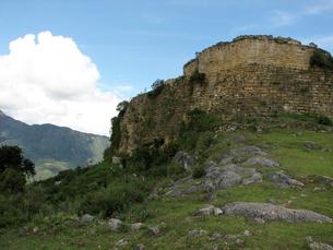 クエラップ遺跡(ペルー)の南端の城壁の写真素材 [FYI00225512]