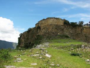 クエラップ遺跡(ペルー)の南端の城壁の写真素材 [FYI00225514]