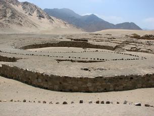 カラル遺跡(ペルー)の円形広場の写真素材 [FYI00225517]