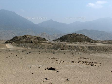 カラル遺跡(ペルー)のピラミッド型神殿の写真素材 [FYI00225518]