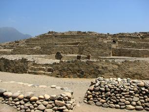 カラル遺跡(ペルー)のピラミッド型神殿の写真素材 [FYI00225519]