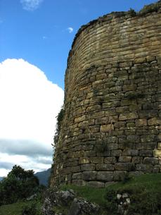 クエラップ遺跡(ペルー)の南端の城壁の写真素材 [FYI00225520]
