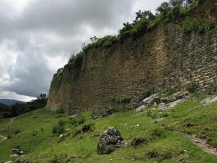 クエラップ遺跡(ペルー)の城壁の写真素材 [FYI00225524]
