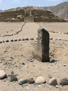 カラル遺跡(ペルー)のピラミッド型神殿と石碑の写真素材 [FYI00225530]