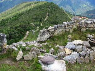 クエラップ遺跡(ペルー)の南端と接続道路の写真素材 [FYI00225531]