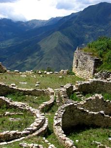 クエラップ遺跡(ペルー)の円形住居跡の写真素材 [FYI00225533]