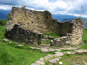 クエラップ遺跡(ペルー)の円形住居跡の写真素材 [FYI00225534]