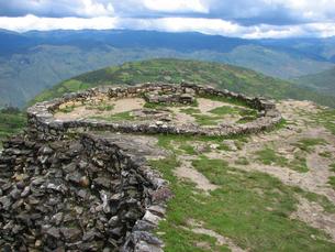 クエラップ遺跡(ペルー)の円形住居跡の写真素材 [FYI00225538]