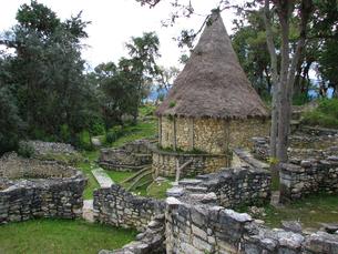 クエラップ遺跡(ペルー)の復元住居と周辺の写真素材 [FYI00225539]