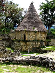 クエラップ遺跡(ペルー)の復元住居の写真素材 [FYI00225540]