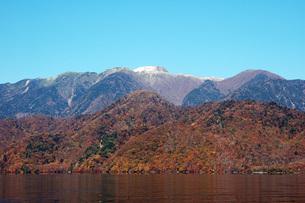 213. 初冠雪に朝日の写真素材 [FYI00225928]