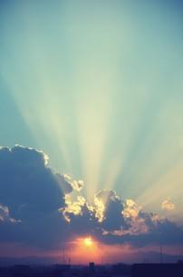 夕陽と光芒の素材 [FYI00226131]