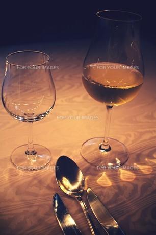 ワインのあるテーブルの素材 [FYI00226194]