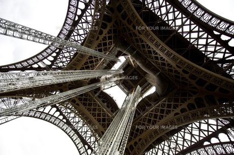 下から見上げるエッフェル塔の写真素材 [FYI00226437]