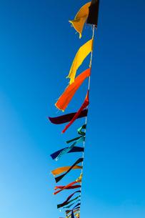 風にたなびくカラフルな布の写真素材 [FYI00226472]