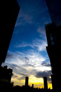 夕闇迫る高層ビルの谷間の写真素材 [FYI00226480]