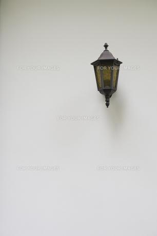 白壁と街灯の写真素材 [FYI00226483]