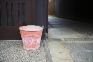 京都・町家の防火用バケツの写真素材 [FYI00226486]