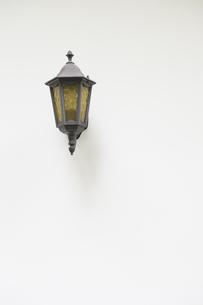 白壁と街灯の写真素材 [FYI00226491]