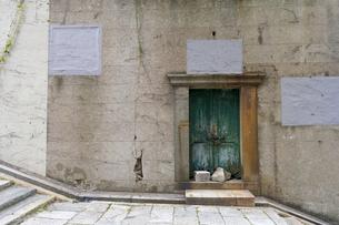 締め切られた扉と階段のある裏路地の写真素材 [FYI00226492]