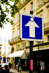 パリで見かけた一方通行の標識の写真素材 [FYI00226504]