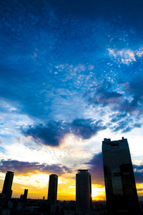 高層ビル群と夕焼けの空の写真素材 [FYI00226507]