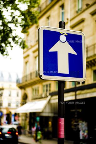 パリ・一方通行の道路標識の写真素材 [FYI00226510]