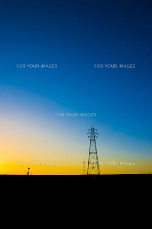 夕闇に沈む送電線の写真素材 [FYI00226522]