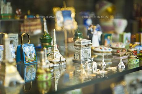 パリのお土産屋さんのショーウインドーの写真素材 [FYI00226523]