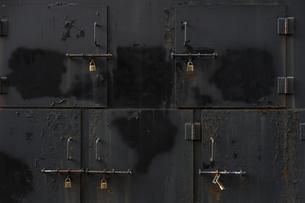施錠した収納庫の写真素材 [FYI00226527]