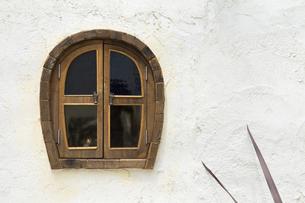 白壁と洋風の小窓の写真素材 [FYI00226530]